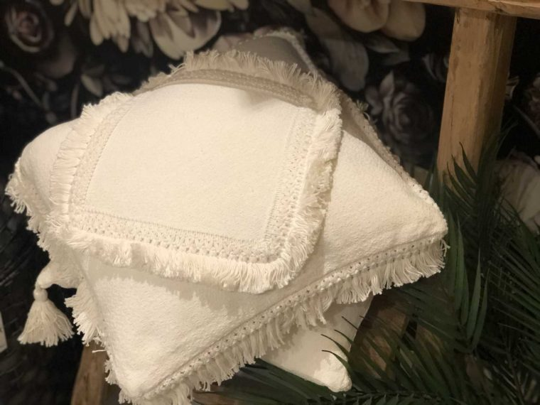 Coussin blanc frange