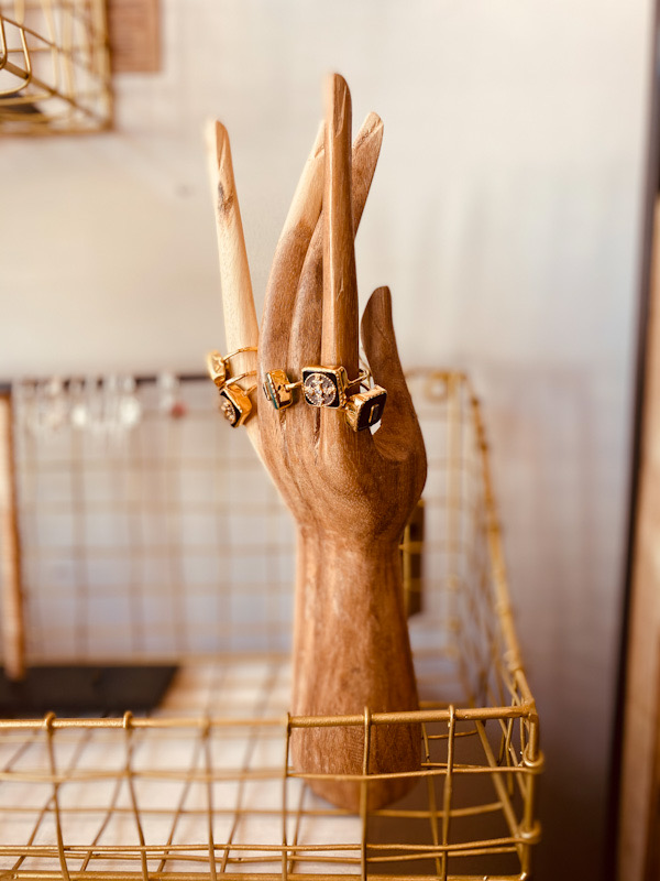 Porte bijoux main en bois de Suar